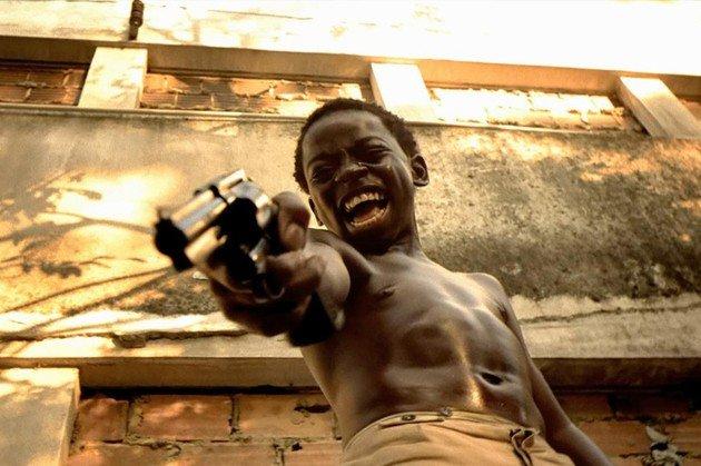 Dadinho atirando e rindo