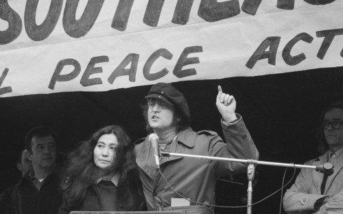 John Lennon e Yoko Ono em manifestação pelo fim do conflito.