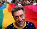 Gilbert Baker e a sua bandeira do arco-íris