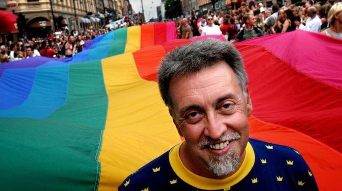 Retrato de Gilbert Baker, em 2003, na Pride Parade de Estocolmo.