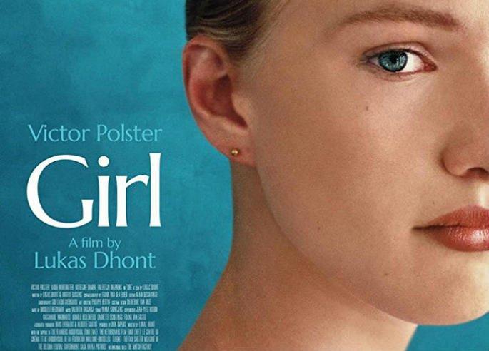 Cartaz do filme Girl exibe rosto de moça loira pela metade em fundo azul