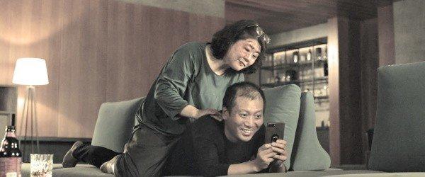 Frame do filme Parasita: a antiga empregada e o marido.