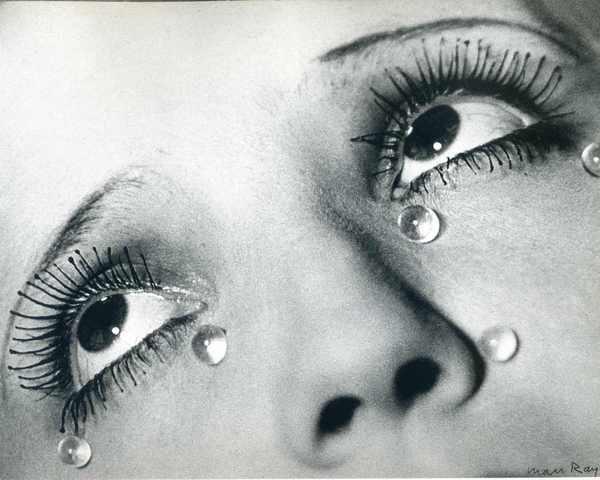 fotografia Glasse Tears, de Man Ray, exibe mullher com lágrimas de vidro no rosto e olhos voltados para cima