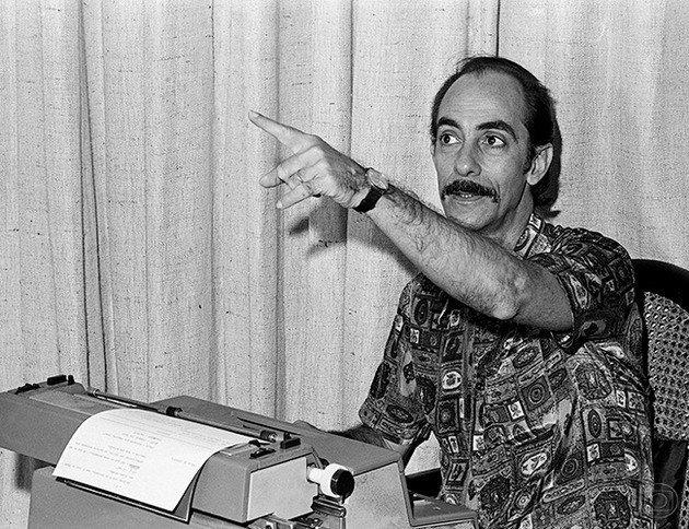 Dias Gomes com seu instrumento de trabalho: a máquina de escrever.