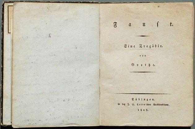 Primeira edição de Fausto (1808), poema trágico escrito por Goethe que teria servido de influência central para a composição de Bohemian Rhapsody, dos Queen.