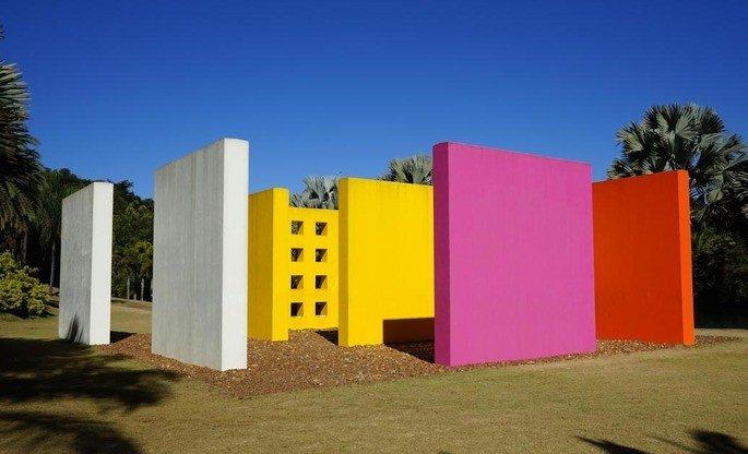 obra penetráveis, exibe instalação com diversas paredes coloridas que pessoas podem entrar