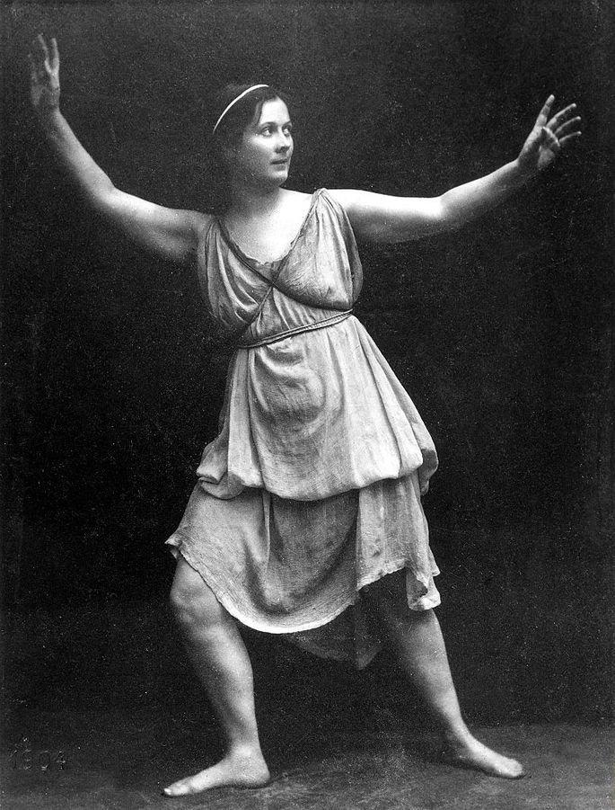 retrato de Isadora Duncan em pose de dança com vestido esvoaçante