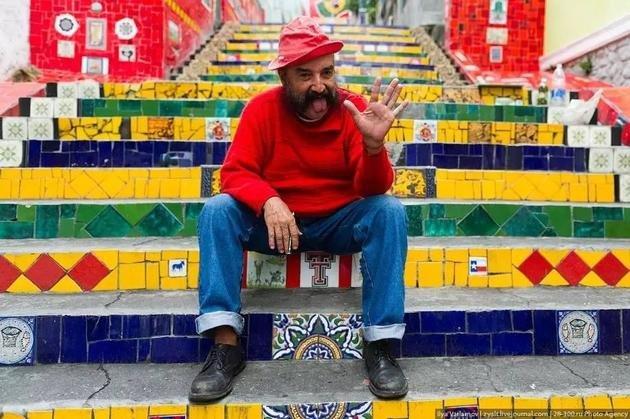 Jorge Selarón e a escadaria que o artista chileno idealizou.