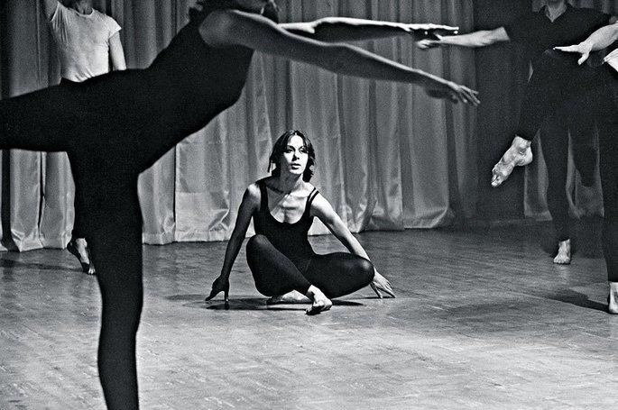 integrantes de grupo de dança realizam performance. foto em preto e branco