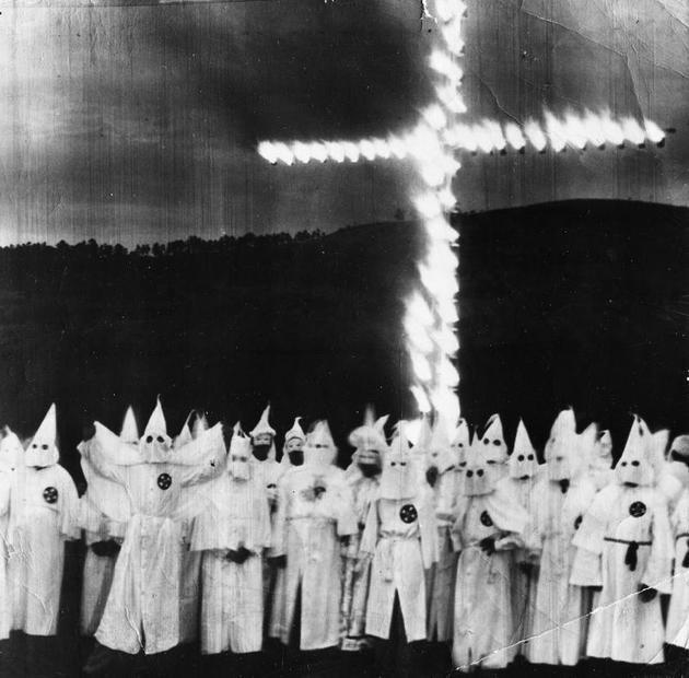 Fotografia da Klan queimando uma cruz