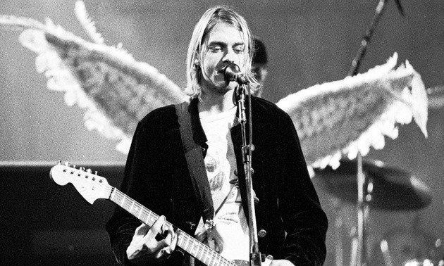 Fotografia de Kurt Cobain durante um concerto de Nirvana.