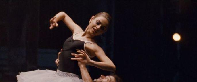 Lily dançando.