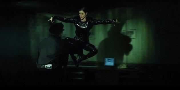 Trinity lutando contra policial.