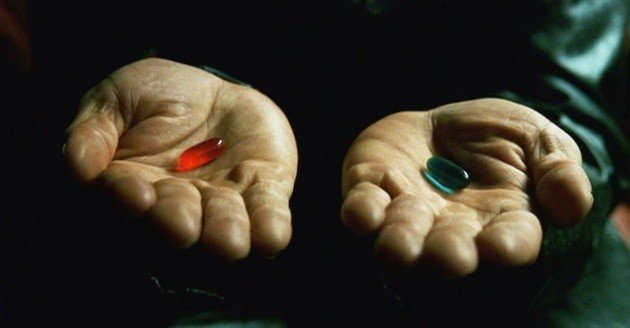 Mãos de Morpheus segurando os comprimidos.