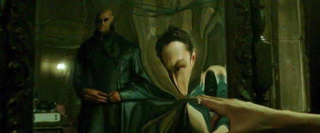 Cena do espelho se desfazendo.