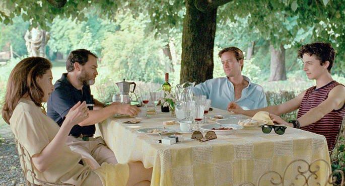 Oliver e Elio na mesa com a família.