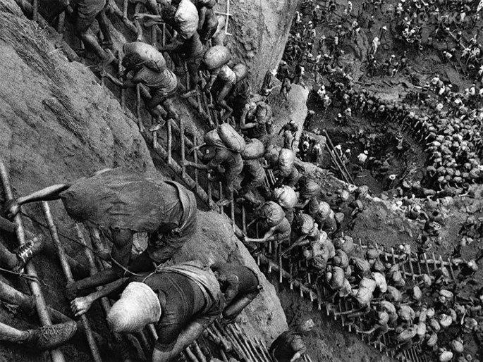 fotografia tirada por Sebastião Salgado da extração mineradora na serra pelada