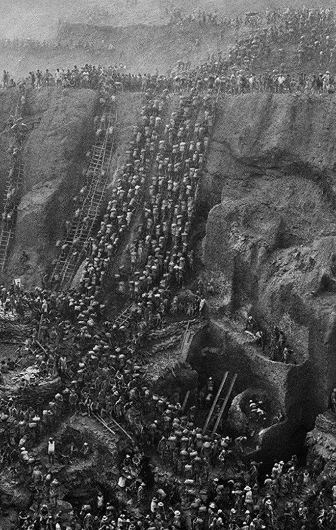 mina de ouro no Pará sendo explorada por trabalhadores precários, fotografia de Sebastião Salgado