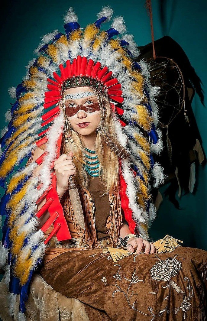 Mulher usando roupas indigenas.