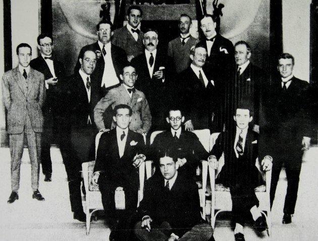 Comissão organizadora da Semana da Arte Moderna, com Oswald de Andrade em destaque (na frente).