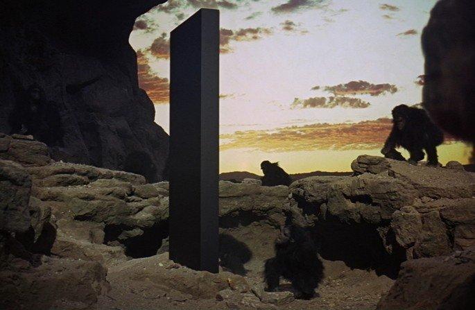 Frame: monólito cai na Terra.