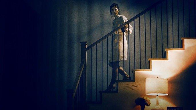 Mulher, assustada, descendo as escadas
