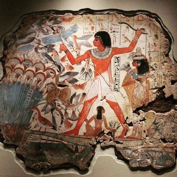 arte egípcia exibindo figura de homem de perfil em meio a animais