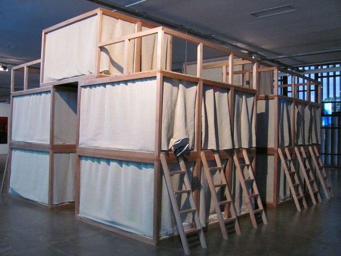 obra Ninhos, de Helio Oiticica, instalação em madeira de pequenos nichos que as pessoas podem entrar