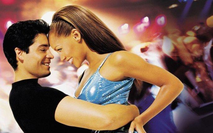 cena do filme No ritmo da dança exibe casal sorrindo e se olhando