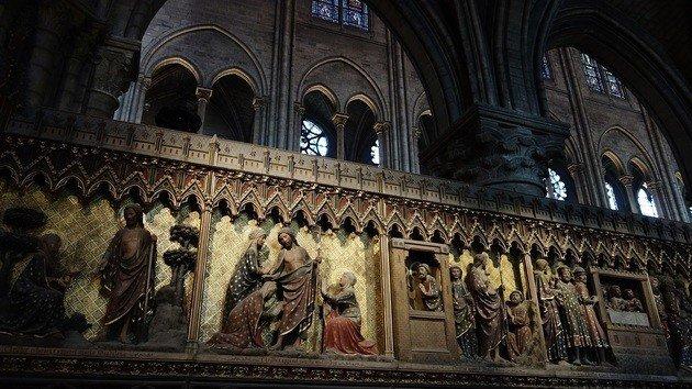 Mesas policromas do Juba de Notre Dame adjacentes ao coro.
