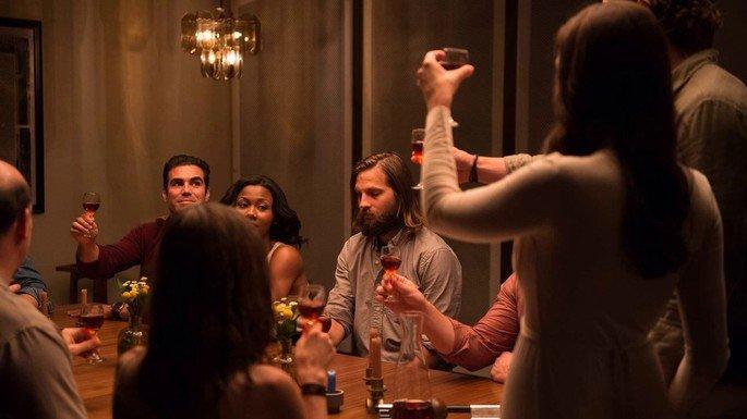 Cena de filme O convite exibe pessoas à mesa de jantar