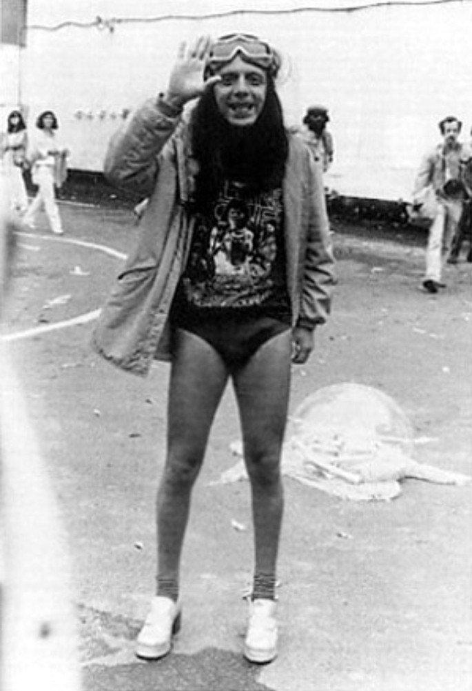 fotografia de Hélio Oiticica vestindo sunga e óculos de mergulho na rua