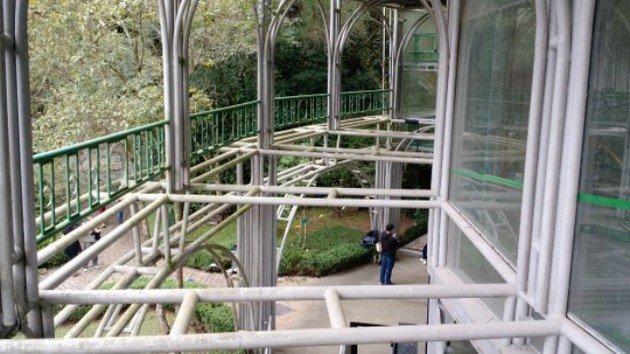 Parte da estrutura da Ópera de Arame composta por vidros, estruturas metálicas e tubos de aço.