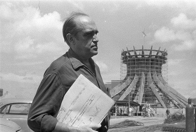 Niemeyer durante a construção da igreja.