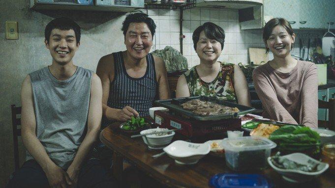 A familia Kim fazendo planos mirabolantes, frame do filme Parasita (2019).