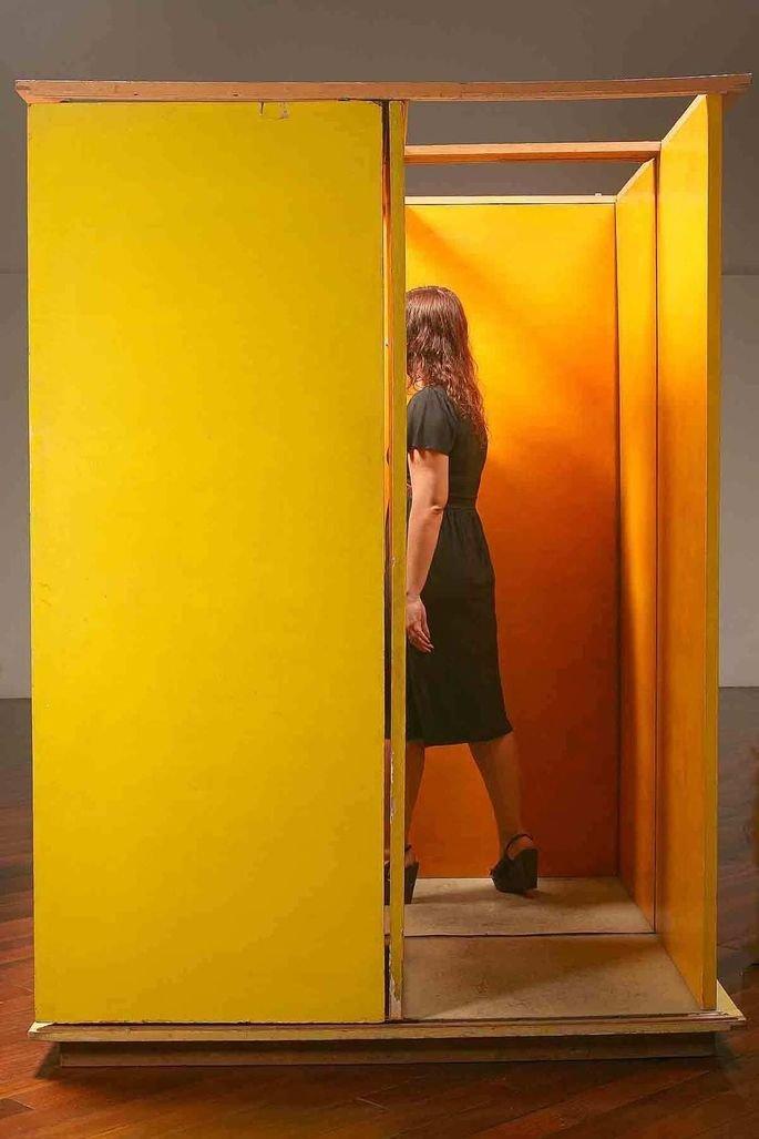 obra de Helio Oiticica. Instalação com paredes amarelas em que as pessoas entram dentro