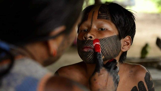 Exemplo de pintura corporal indígena.