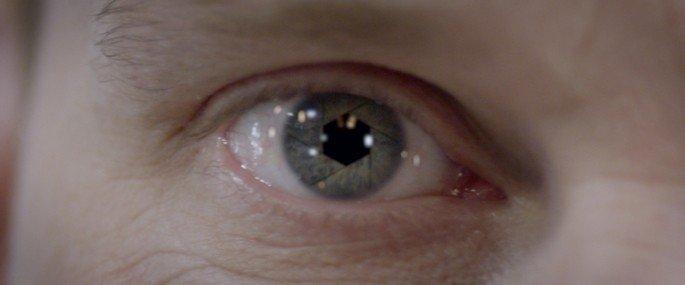 Olho humano que na pupila tem uma ferramenta mecânica (olho de uma inteligência artificial)