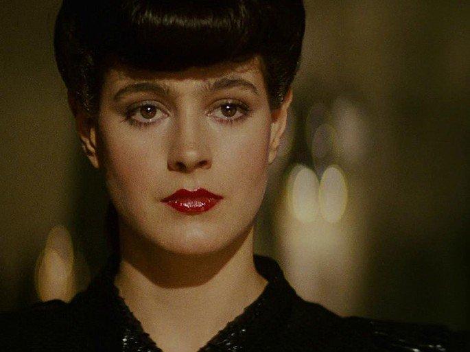 A personagem Racheal em Blade Runner está em fundo amarelado e exibe cabelo preso e olhos avermelhados