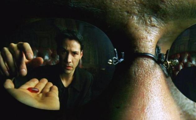 Neo olhando o comprimido vermelho