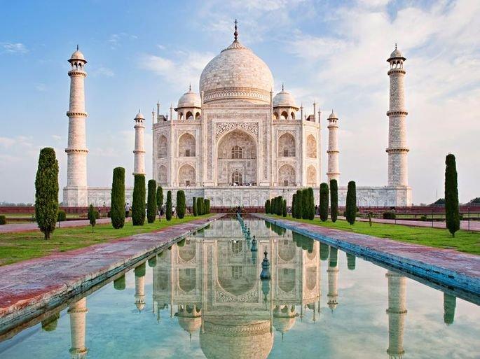 Reflexo do Taj Mahal nas águas.