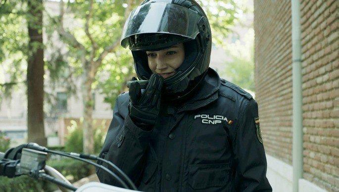 Tóquio retorna à fábrica camuflada com um uniforme da polícia.
