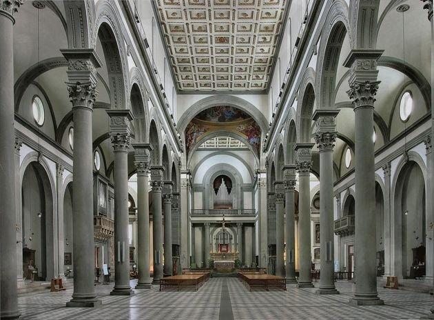 Interior da Igreja de San Lorenzo, Florença (igreja românica refeita por Brunelleschi, cujos trabalhos apenas se finalizaram cerca de 20 anos depois do artista morrer, sendo que a fachada permanece incompleta até hoje)