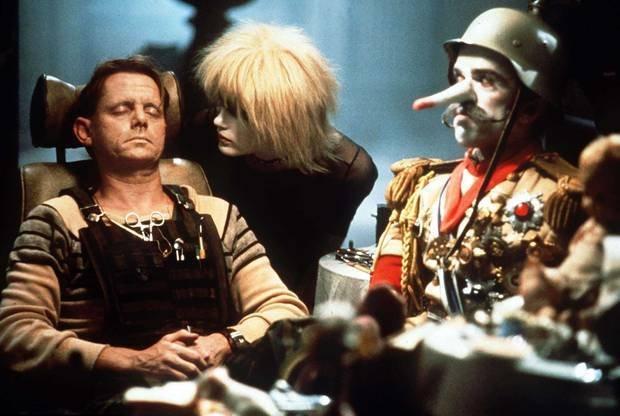 cena de Blade Runner que mostra Sebastian junto com robôs replicantes