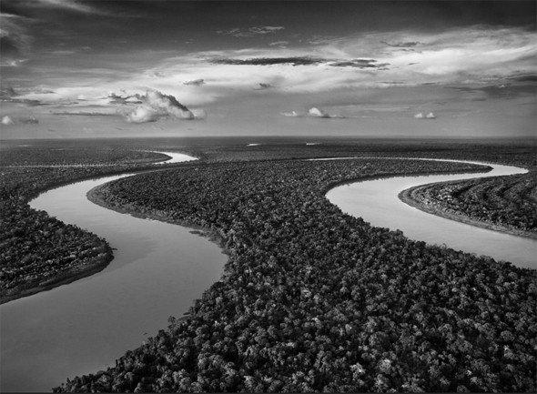 imagem aérea de dois rios presente na exposição Gênesis, de Sebastião Salgado