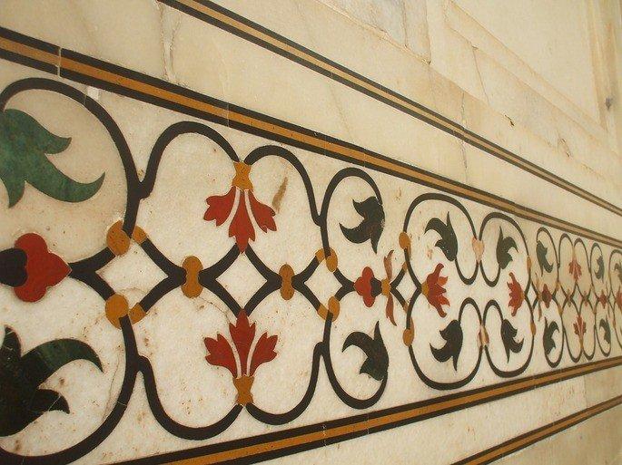 Detalhe: padrões florais com pedras semipreciosas.
