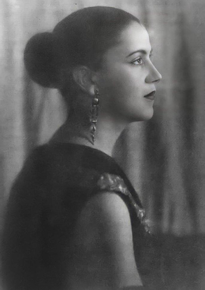 Retrato de Tarsila do Amaral de perfil
