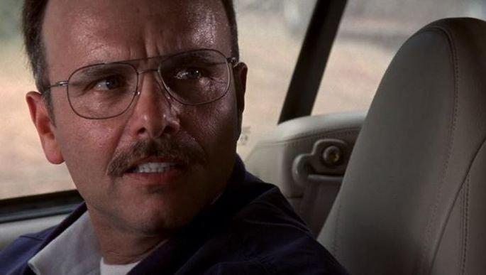 Frame: Ted no carro.