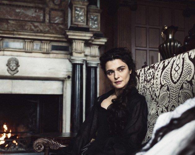 A Duquesa apresenta traços de uma personalidade manipuladora e fria, mas ao mesmo tempo parece se importar genuinamente com a Rainha.