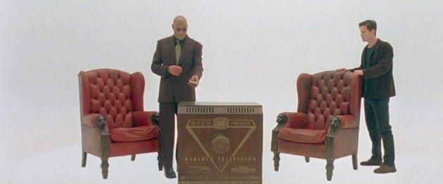 Neo e Morpheus na sala branca da Matrix.